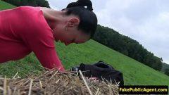 Секс на поле с женщиной, которая хочет деньги за свою киску