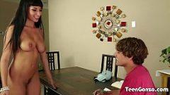Он остается голым перед студенческим мальчиком