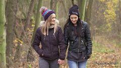 Две девушки трясут друг друга и возбуждаются