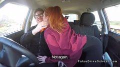 Двое молодых людей занимаются сексом в машине