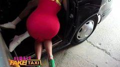 Женщина с красивыми и большими папками трахается на капоте такси
