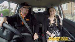 Милая маленькая девочка занимается сексом в машине с учителем автомобиля