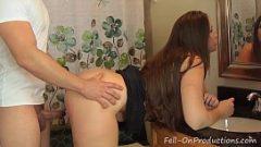 У женщины большая задница, и она использует ее, чтобы сделать счастливых мужчин