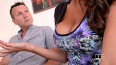 Милф с большой грудью имеет секс с двумя мужчинами, которые делают свои сексуальные удовольствия