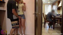 Молодая блондинка хочет использовать ее маленькую киску