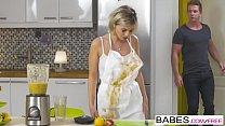 Секс на кухне с двумя нимфами и мальчиком, который предлагает им то, что в трусиках