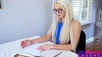 Блондинка подросток хочет воспользоваться наивностью и ее маленькую киску