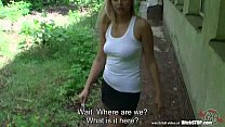 Эта молодая блондинка дает ее киска соседа и секс в общественном месте