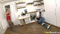 Эта женщина приглашает в свой дом человека, который исправляет кухонные трубы