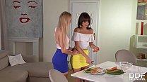 Две девушки играют вместе и делают ее очень эротичной