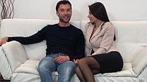 Она встретила брюнетку в Италии и теперь использует свое время с ней
