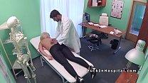 Врач занимается сексом с блондинкой, которая холодна