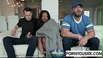 Этот мужчина занимается сексом с черной женщиной, у которой большая задница