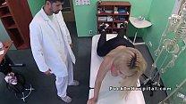 Блондинка, у которой есть большая задница, хочет, чтобы член застрял в ней