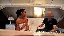 Заплатить брюнетка проститутка, чтобы держать место своего любовника