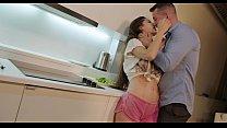 Каждый вечер мужчина обращается к своей любовнице, чтобы заняться сексом