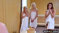 Когда у мужчины слишком большой член, три девушки хотят его использовать