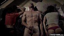 Этот зрелый мужчина занимается сексом с двумя молодыми брюнетками