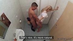 Медсестра помогает мужчине получить сперму