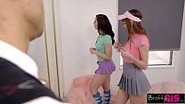 Две красивые молодые девушки хотят один и тот же член
